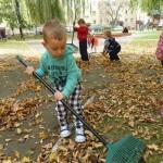 Porządki w ogrodzie przedszkolnym (3)