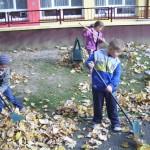 Porządki w ogrodzie przedszkolnym (4)