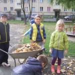 Porządki w ogrodzie przedszkolnym (6)