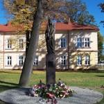 Pod pomnikiem św. Jadwigi (1)