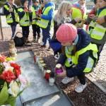 Pod pomnikiem Jana Pawła II ()